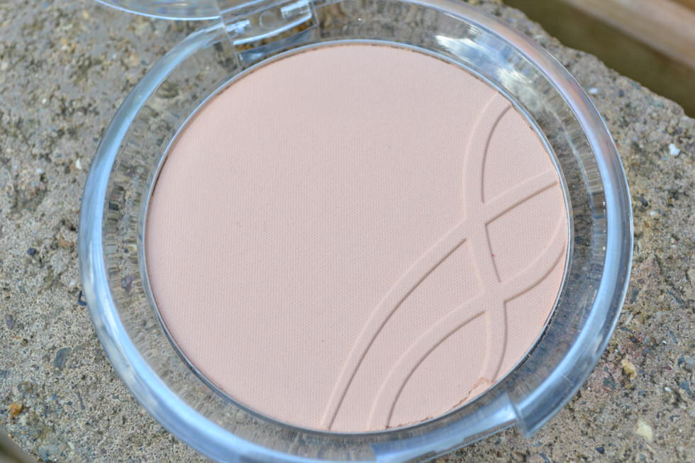 Essence Mattifying Compact Powder - Perfect Beige 04