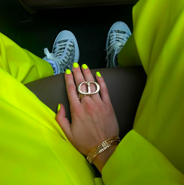 yellow-neon-nails-bella-hadid