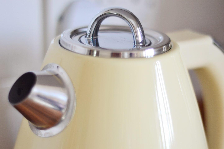 swan-kettle-closeup