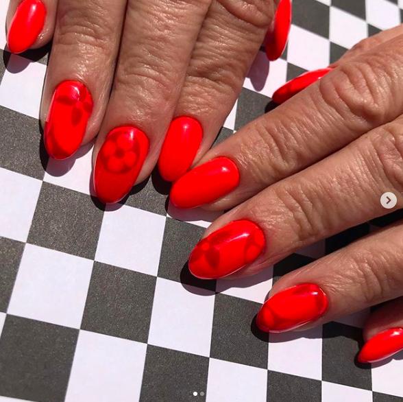 logomania-nails-autumn-nails